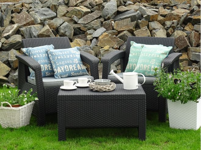 Chcete-li si uvelebit na terase, zútulněte si rovněž zahradní posezení. Pořídit můžete polštářky na zahradu, plastové květináče, proutěné košíky a jiné zboží, potřeby pro grilování a řadu jiných krásných dekorací.