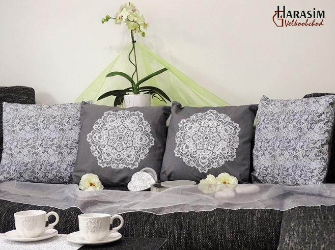 Středobodem každého bytu je obývací pokoj, proto je velice důležitým prvkem sedací souprava. Zútulněte si ji dekorativními polštářky v elegantním designu.