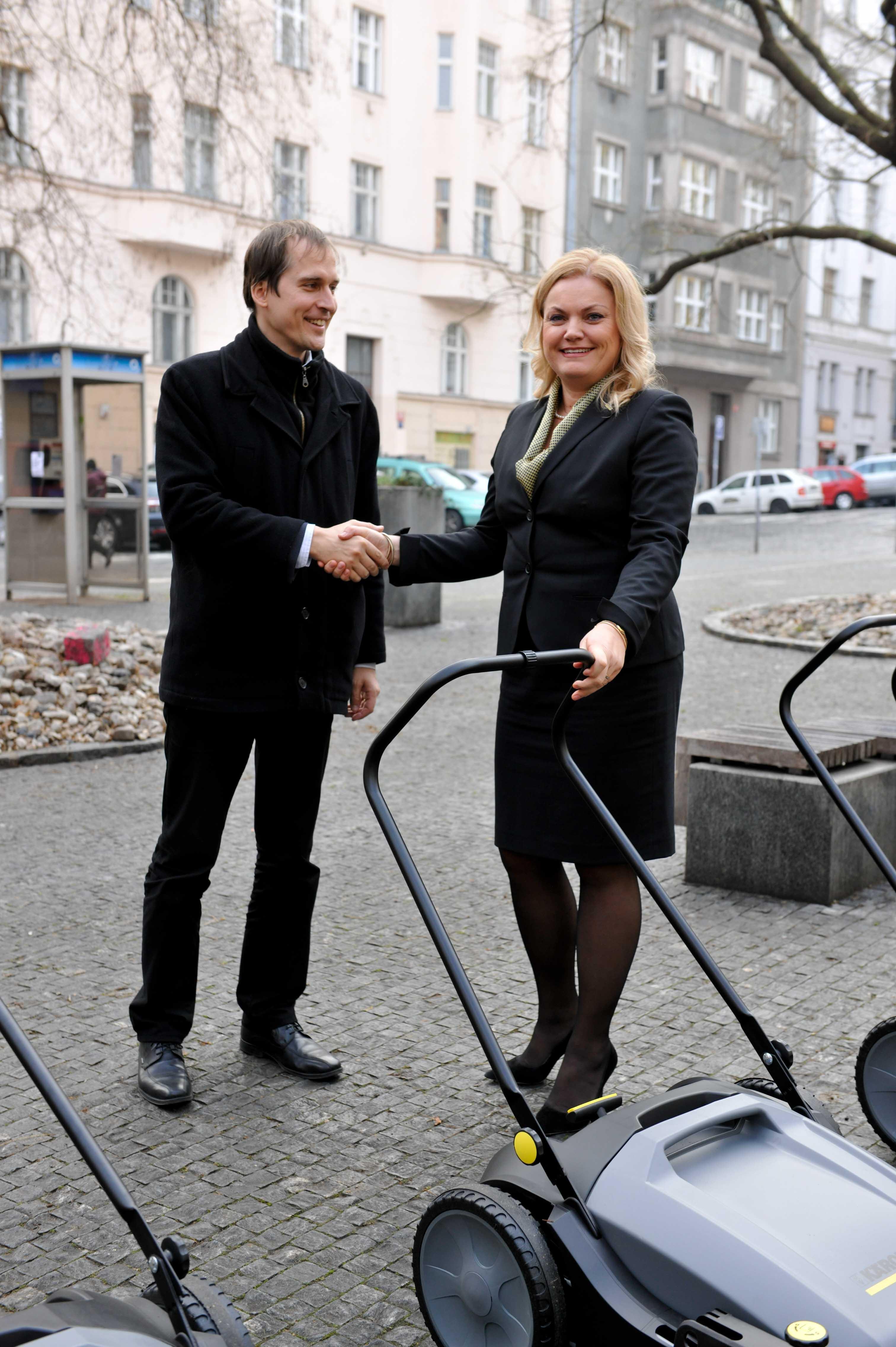 Predani Karcher_Praha 7 starosta Cizinsky_Karcher pani Skutilova_outdoor_zoom